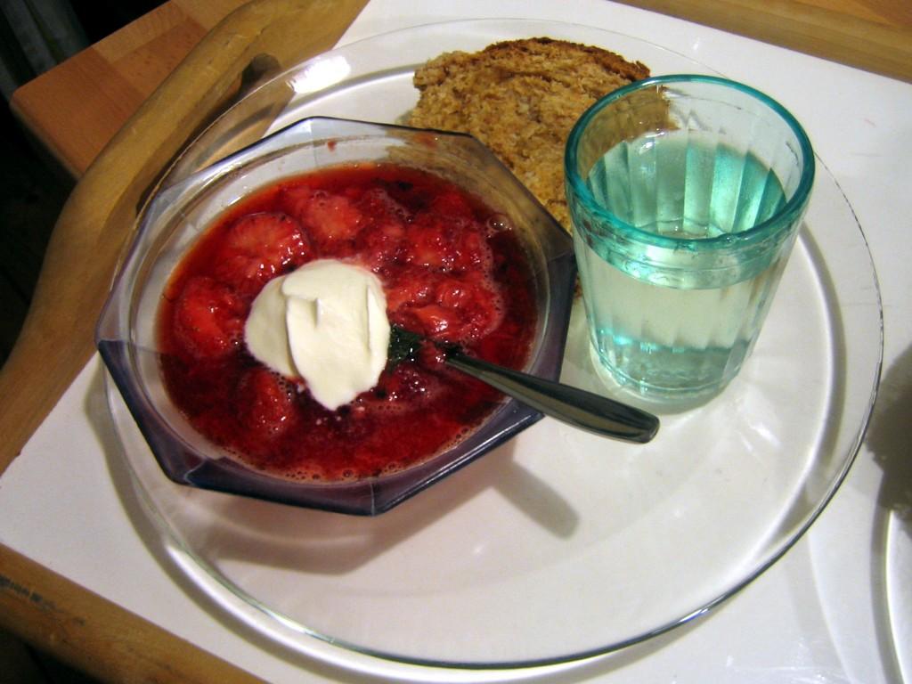 """Abend""""brot"""": Babka mit Erdbeer-Minze-Kompott und Holunderblütensirup."""