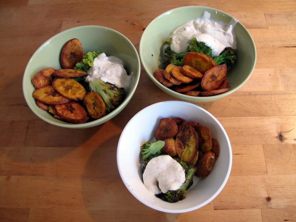 Gebratener Brokkoli mit Joghurt de luxe und Kochbananenchips