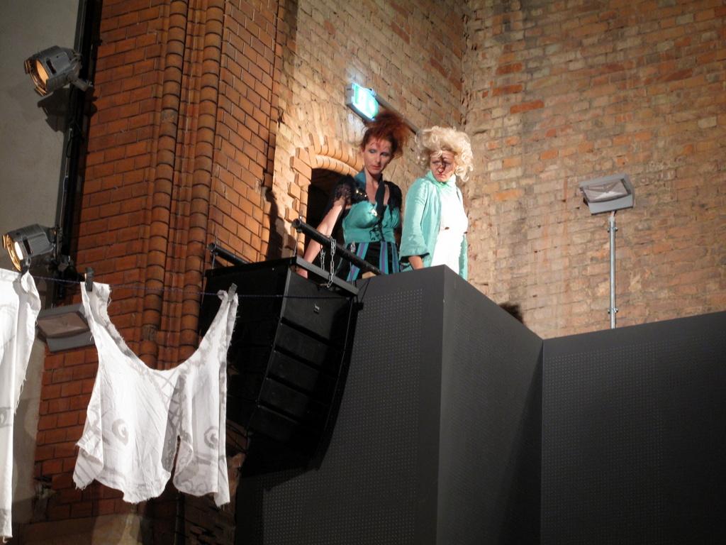 Szene aus Goldonis Campiello: Daniela Wittig als Lucietta und Judith Sarah Hellmann als Catte.