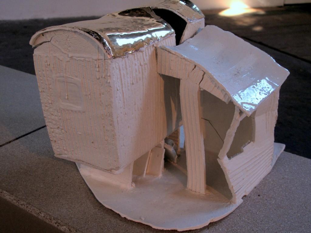 Ulrike Behrendt, »Das Haus ist vergangen«, Porzellan, Papier, 2012.