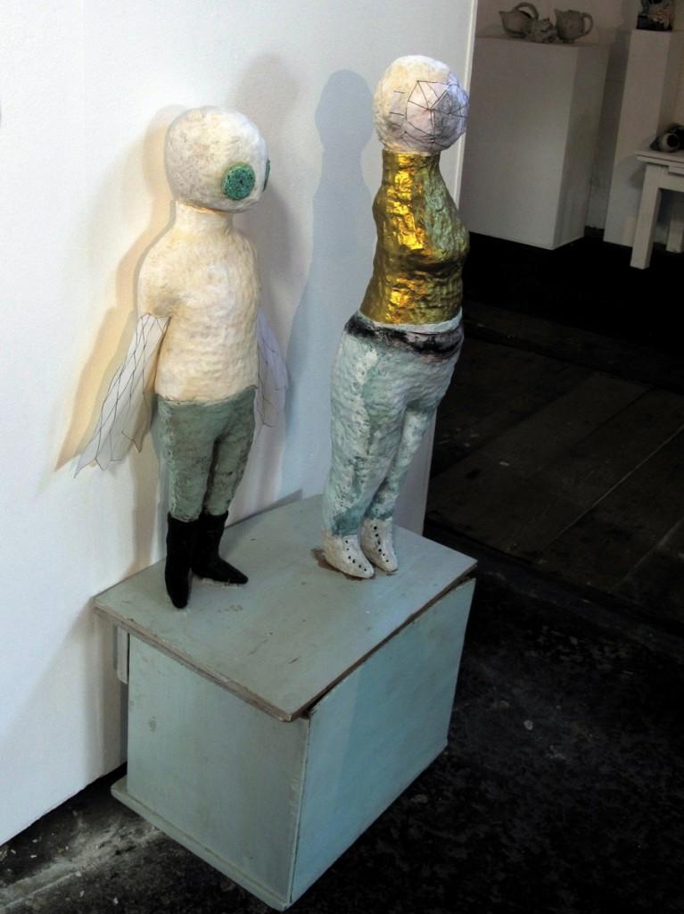 Anna Dorothea Klug, »Von der Welt dahinter«, Ton, Papier, Acrylfarbe, 2012.