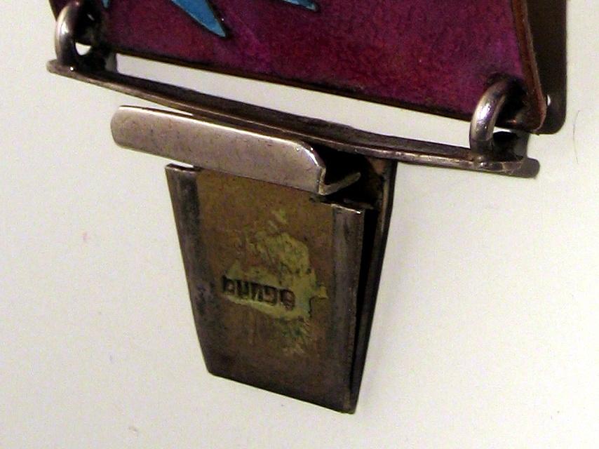 """Stempel des Emaille-Armbands: """"bunge"""". Foto: JMK, 2011."""