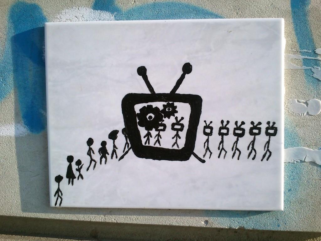 Niedliche Medienkonsumkritik: Streetart vom Kachelkünstler im Hechtviertel.