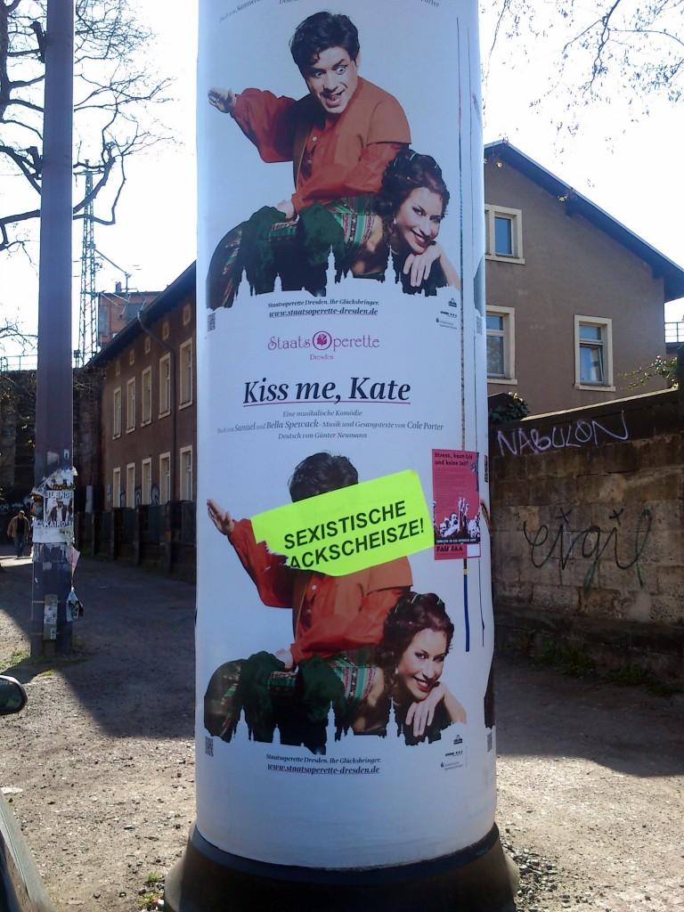 """""""Sexistische Kackscheiße!"""": Protestaufkleber an einer Litfaßsäule am Bischofsplatz."""