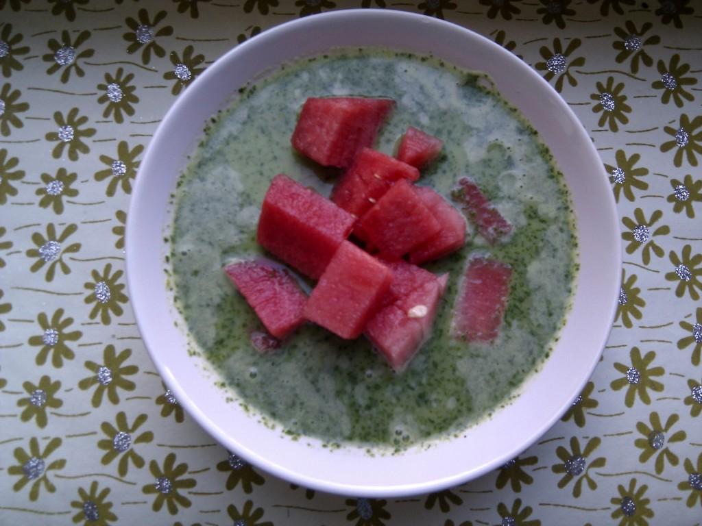 Kalte Raukesuppe mit Wassermelone: leicht und pikant an heißen Sommertagen.