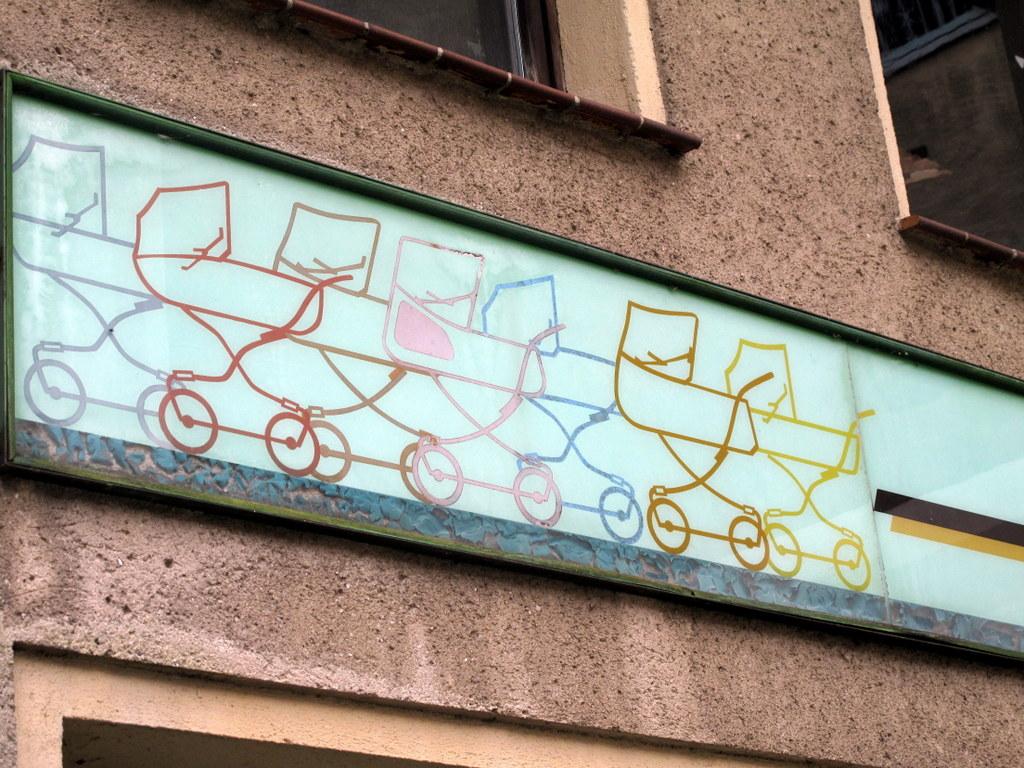 Kinderwagen-Parade: Detail eines Ladenschildes in Löbau.