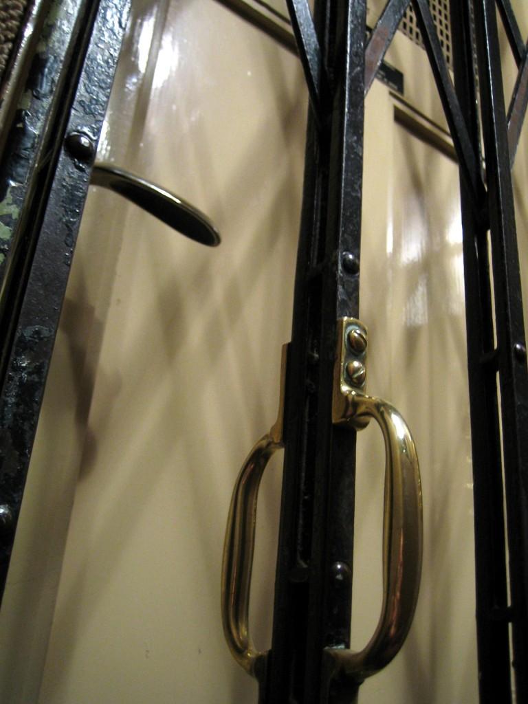 Der Aufzug maß einen halben Quadratmeter und ruckelte verdächtig.