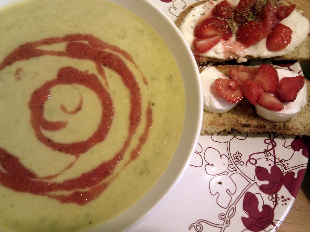 Sommerlicher Hochgenuss: Kopfsalatsuppe mit Erdbeeröl.