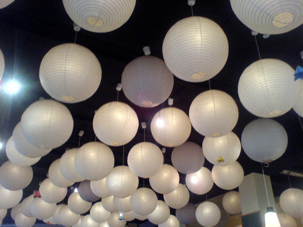Der Himmel muss nicht immer voller Sterne hängen, manchmal tun es auch ein paar Papiermonde … (Bauchladen-Café, Bühlau).