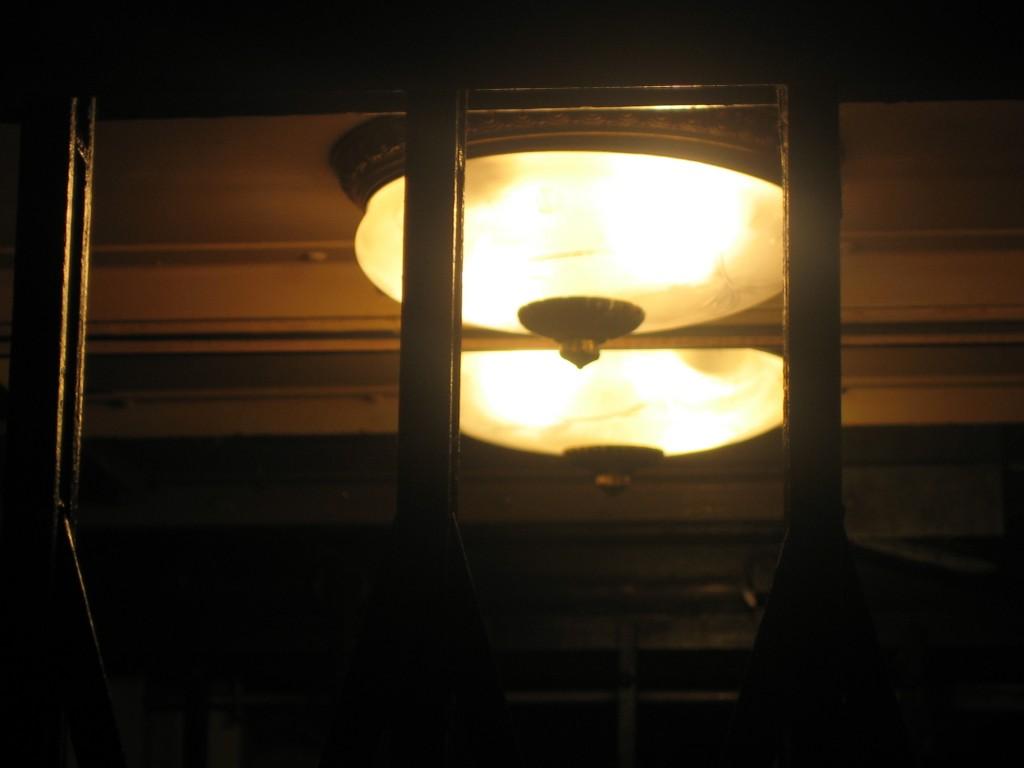 Das Licht im Aufzug wirkte immer gleich, egal, ob es Tag oder Nacht war.