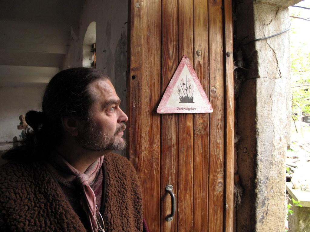 """Der Künstler Matthias Jackisch an der Tür zum """"Kunststall"""". Foto: © Johannes Michael Klein, 2012."""