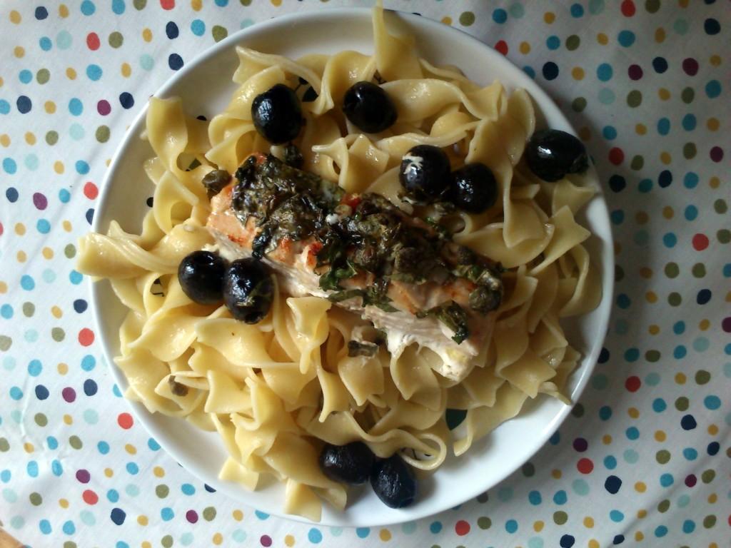 Ofenfisch mit Kapern-Basilikumbutter (aus: Kochen für Faule, GU).