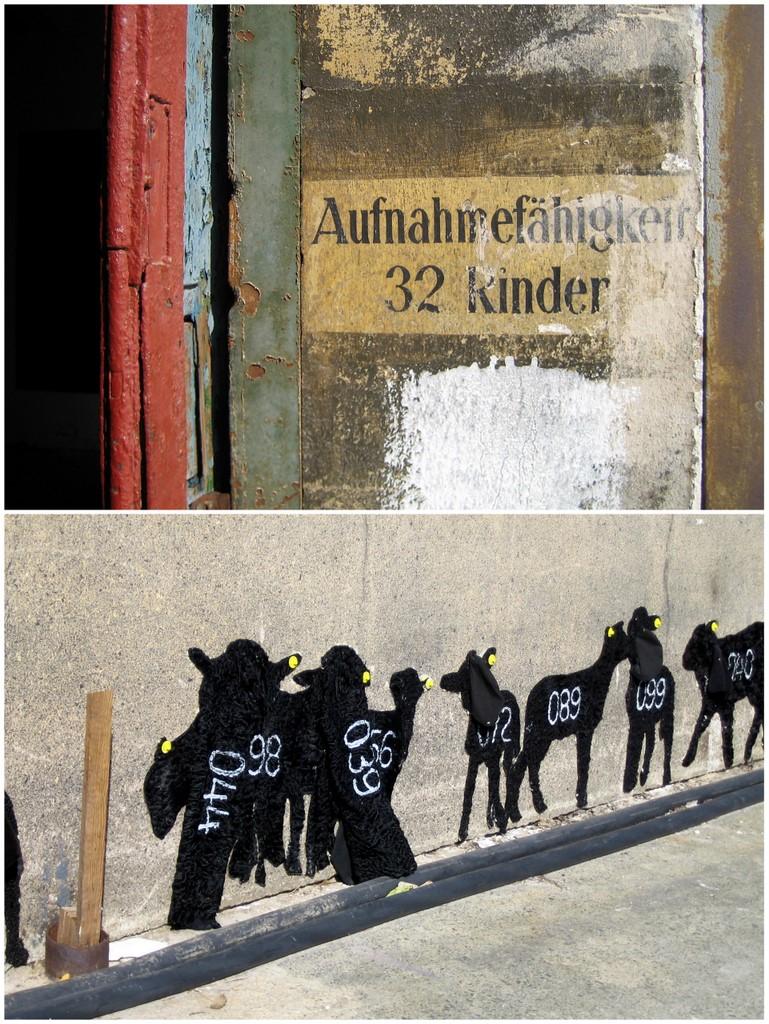 Beklemmender Zufall: Aufschrift an einer ehemaligen Schlachthalle; daneben die aus alten Persianern gefertigten Rinderkinder (Künstlerin unbekannt).