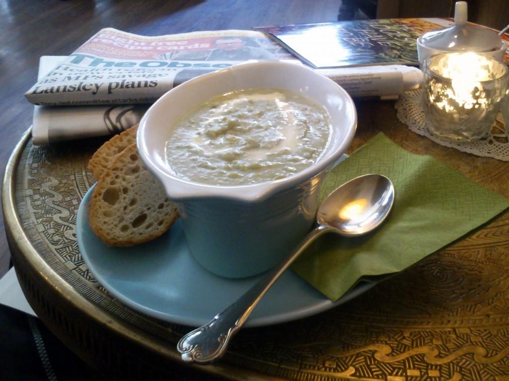 Gemütliches Ambiente, gesundes Essen, interessante Lektüre: Lunch im England, England.