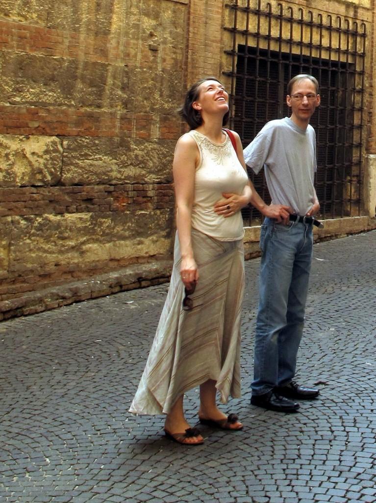 Überglücklich, wieder da zu sein: mit meinem Bruder Hendrik auf der Ponte Scaligero.