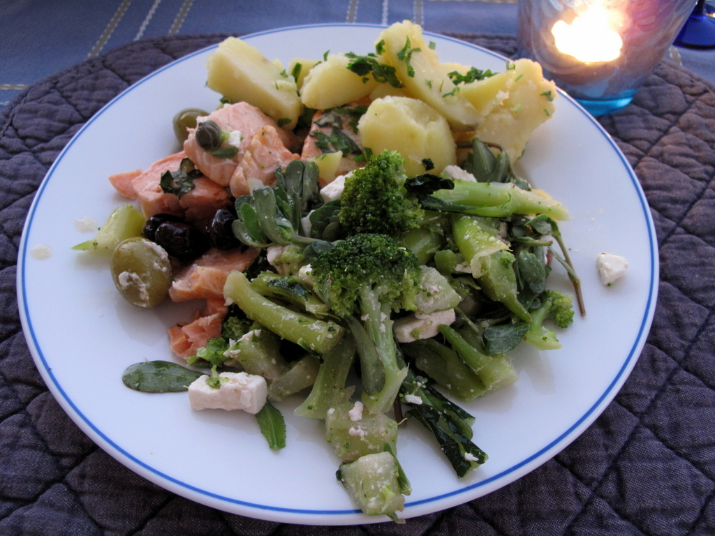 Broccolisalat mit Feta und Portulak, dazu Kartoffeln und Lachsfilet.