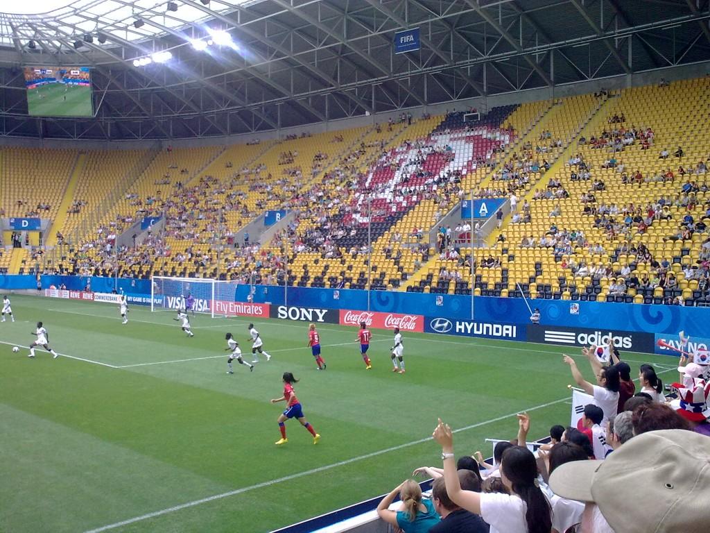 """Südkorea-Ghana im """"gut besuchten"""" Dresdner Stadion mit südkoreanischem Fanblock. Foto: Miss Lumix."""