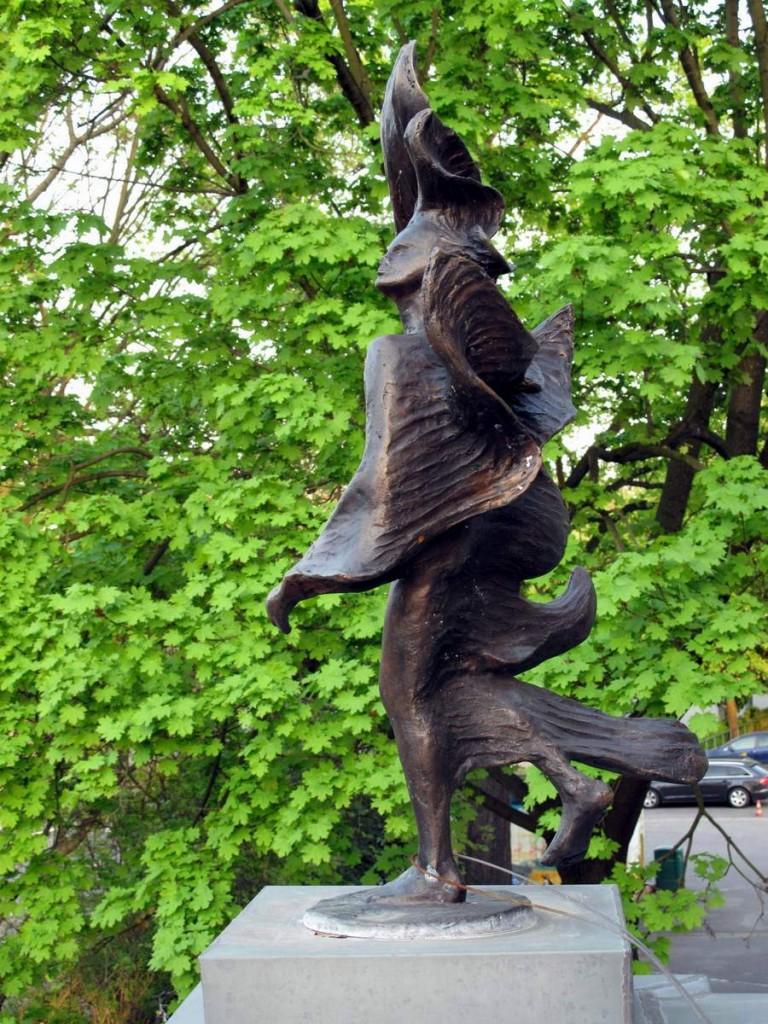 Bronzeplastik auf dem Balkon der Villa Salzburg in Dresden. (Künstler und Jahr unbekannt.)
