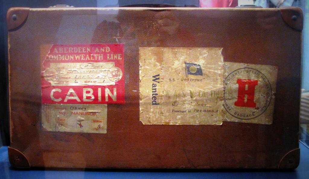 GESCHICHTE in Großbuchstaben: ein Koffer von der Titanic.