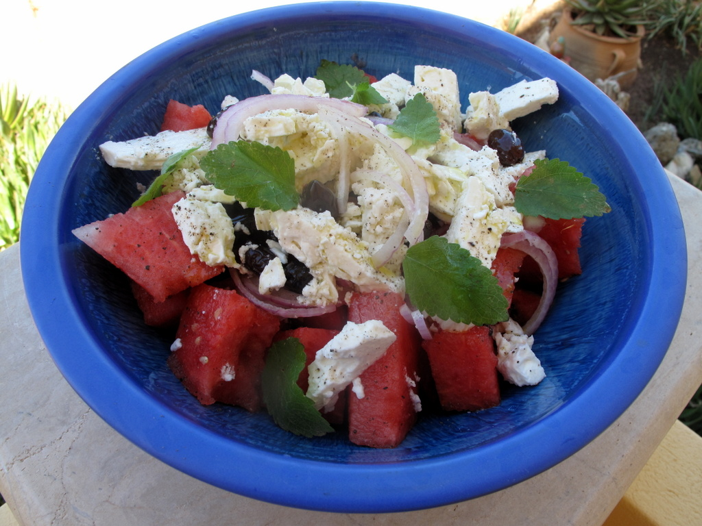 Wassermelone mit Feta, Zwiebelringen und Oliven. Ich kann es jedes Mal nicht glauben, dass das Ganze schmecken soll. Und dann ist, schwupps, die Schüssel leer.