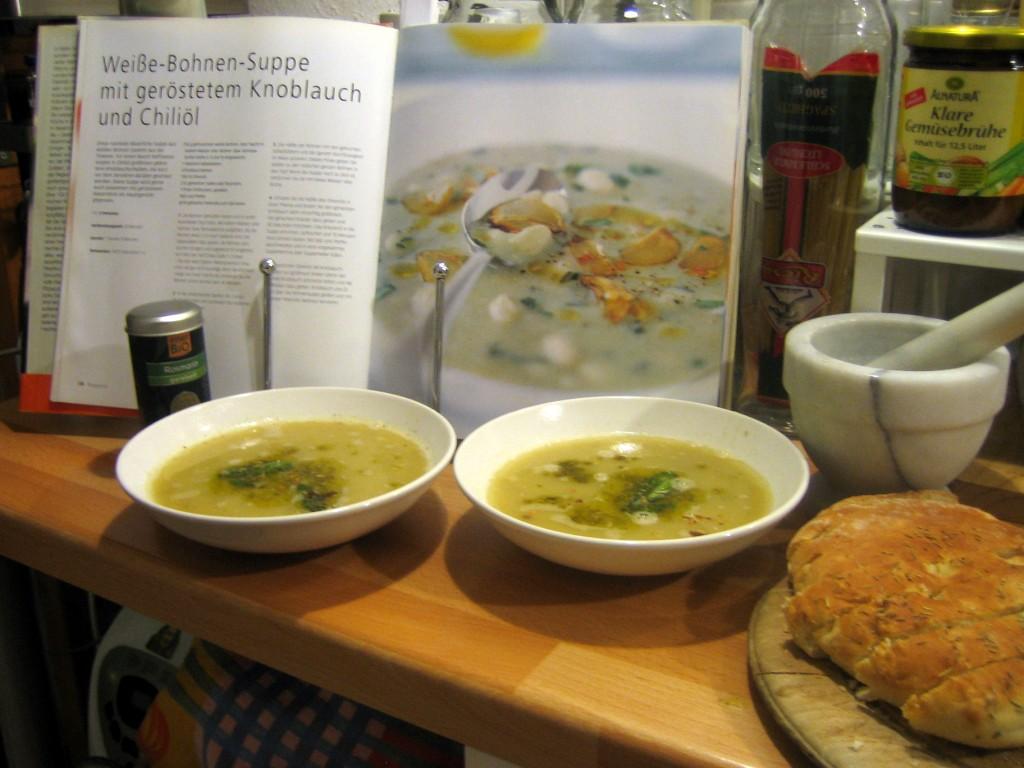 Weiße-Bohnen-Suppe mit geröstetem Knoblauch und Chiliöl.