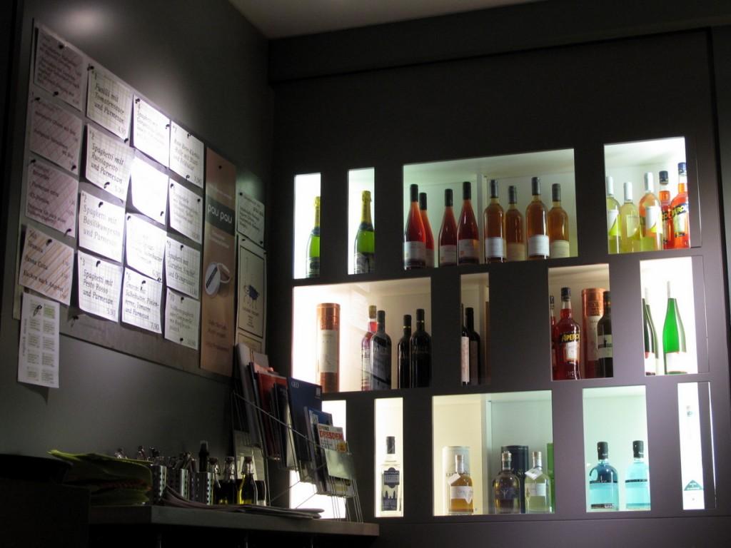 Farbenfroh und verlockend: Weinregal in der Bar der Pastamanufaktur.
