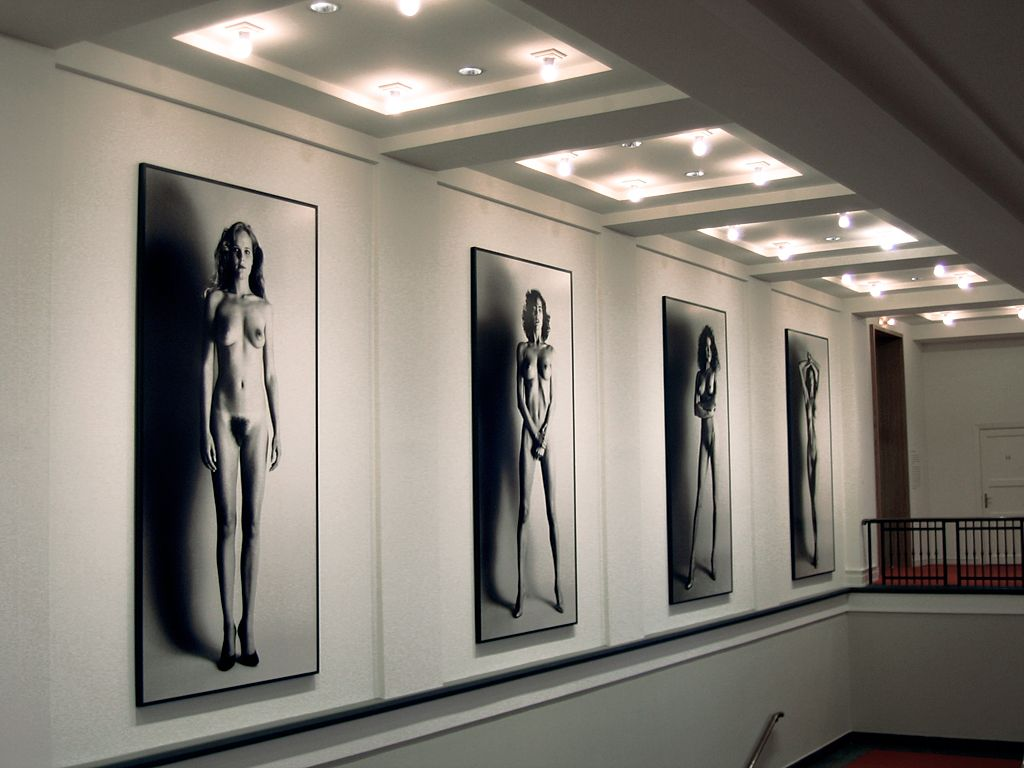 Foyer der Helmut-Newton-Stiftung mit den Big Nudes. Foto:  Zak mc, 2007. 