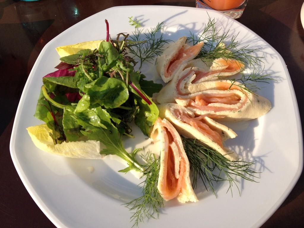 """Mit Räucherlachs in Joghurt-Honig-Marinade gefüllte Kräutercrépes an kleinem Salatbukett""."