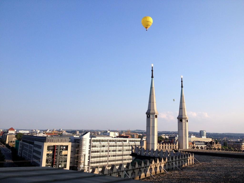 """Blick von der Dachterrasse des Yenidze-""""Kuppelrestaurants"""" in Dresden."""