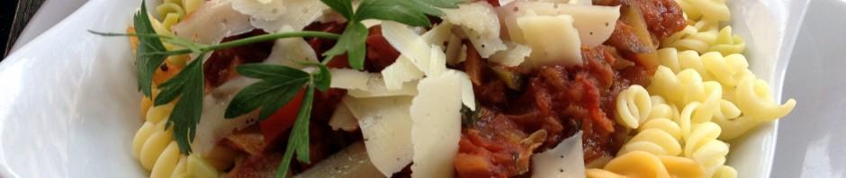 Ratatouille mit Spirelli, Parmesan und Petersiliengewächs.