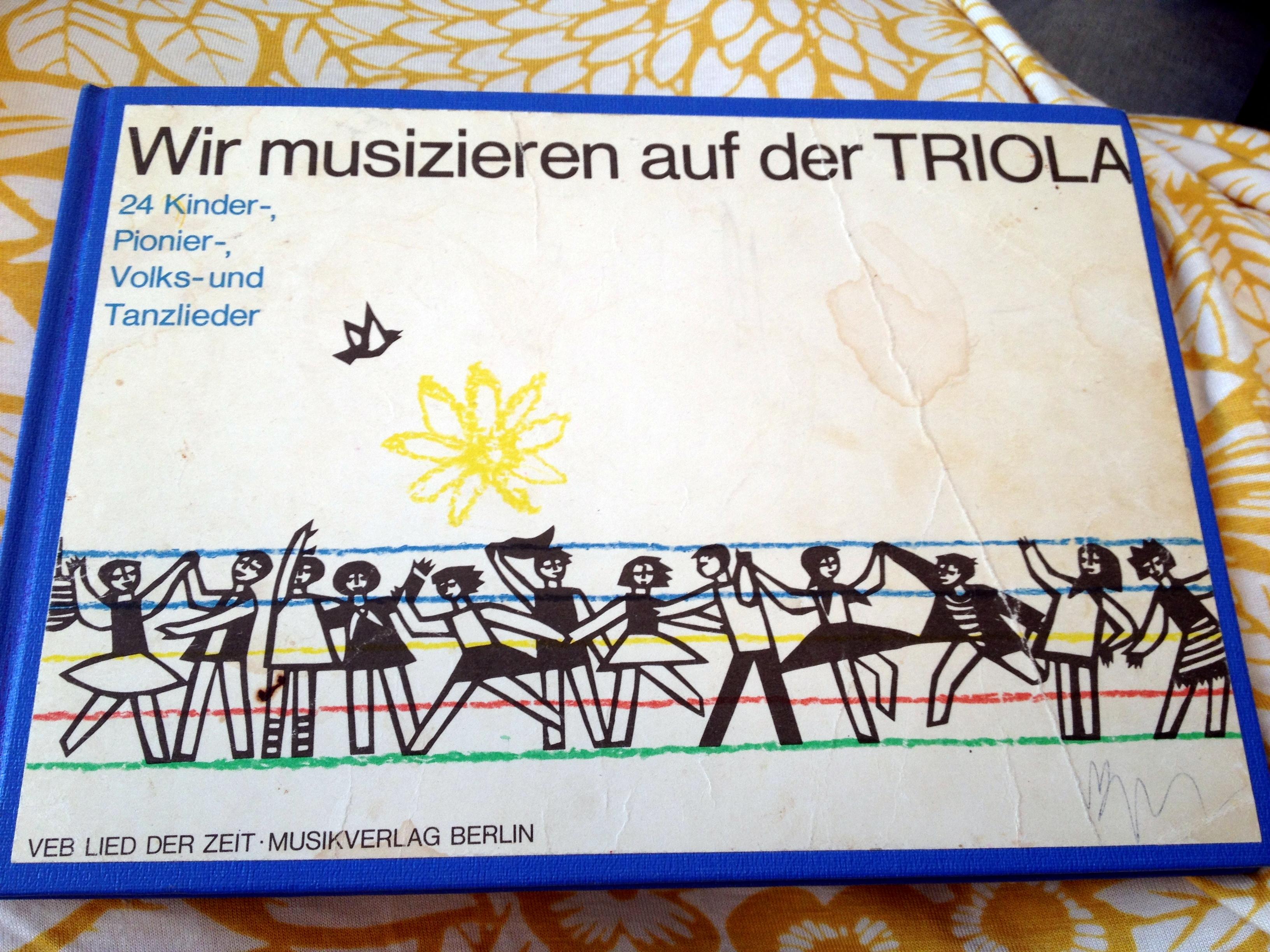 Willibald Winkler, Wir musizieren auf der Triola. Berlin: VEB Lied der Zeit, 1976.