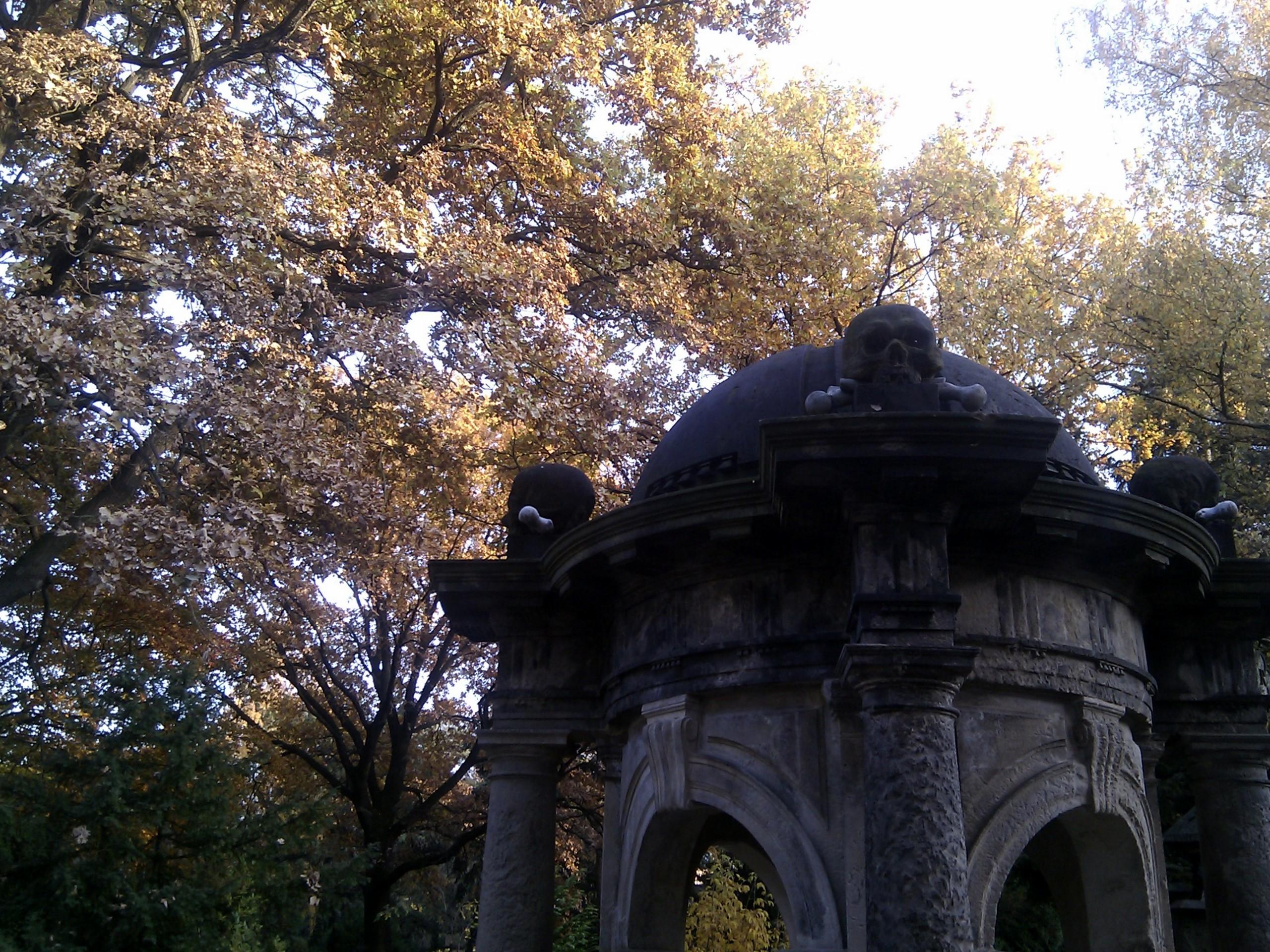 Memento mori: Grabmal am Eingang des Inneren Neustädter Friedhofs.
